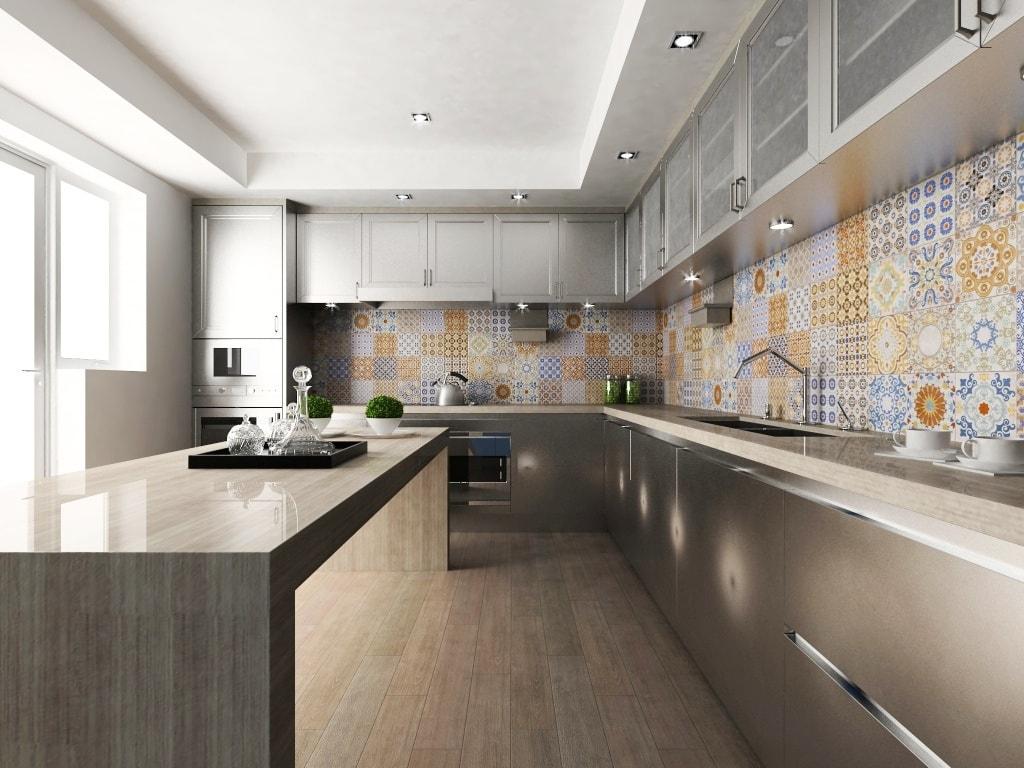 pared de la cocina revestida de azulejos coloridos