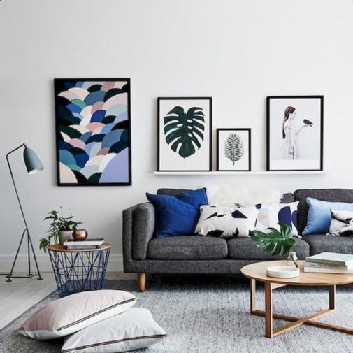 Sofá gris oscuro con cojines azules