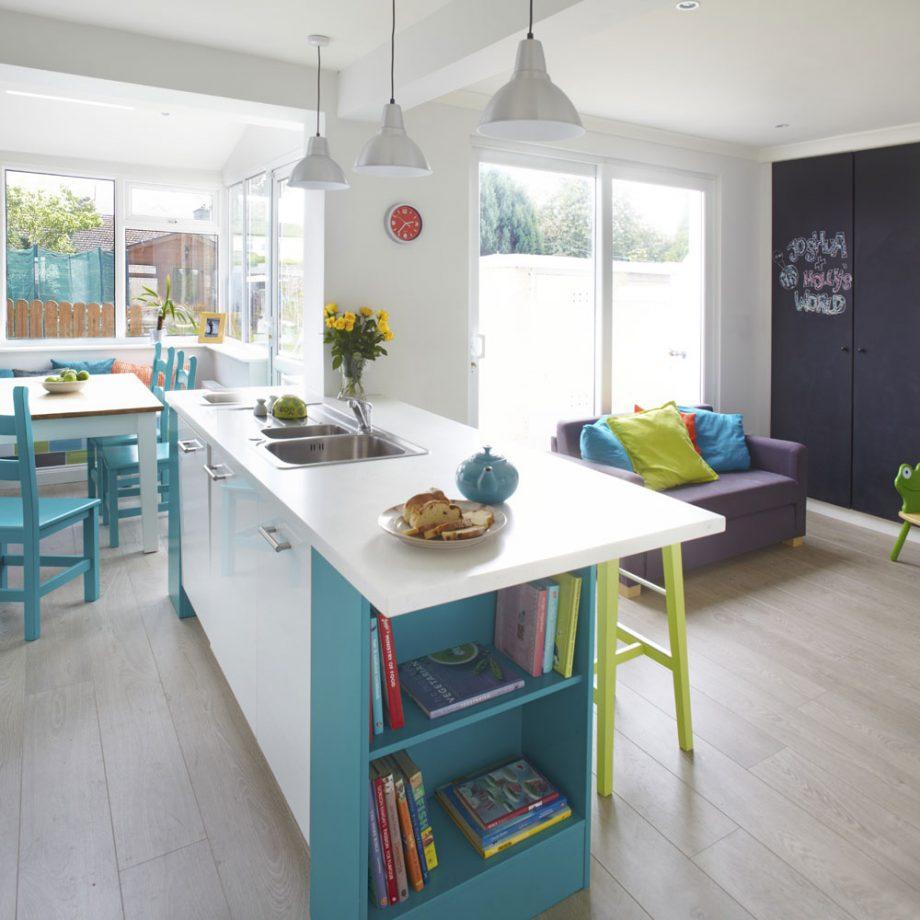 Incorporar color a tu salón cocina americana moderna y pequeña