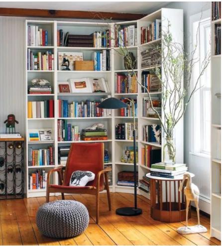 decorar una esquina del salón con estanteria