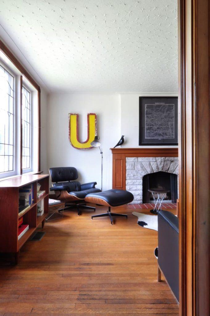 decorar una esquina del salón con un rincón de lectura