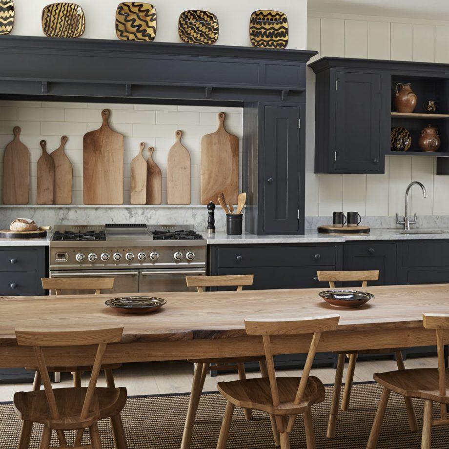 Salon con cocina americana pequeña sociable