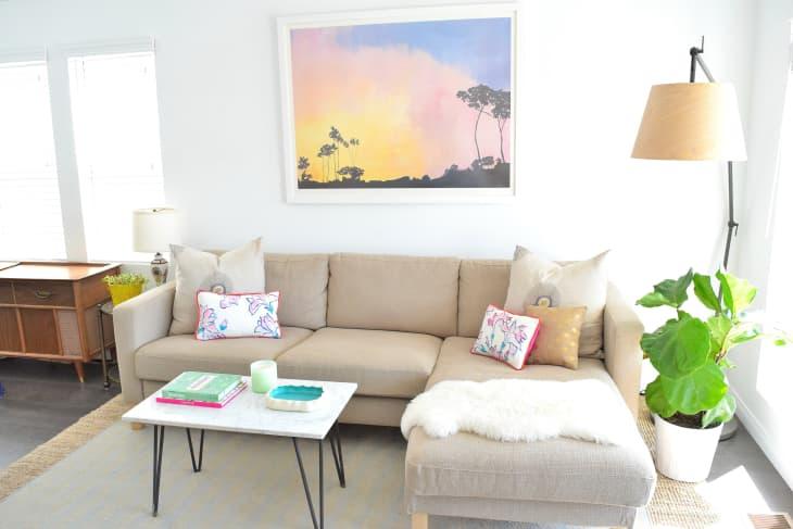 decorar una esquina del salón con una lampara