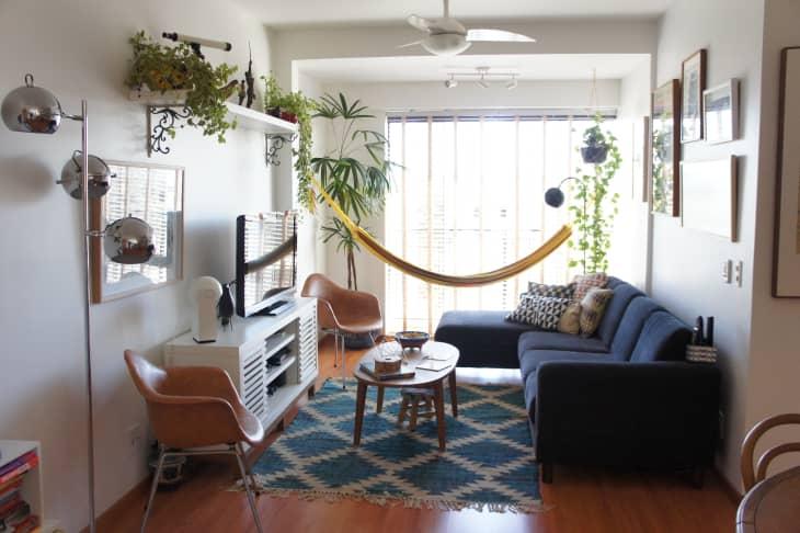 decorar una esquina del salón con una hamaca