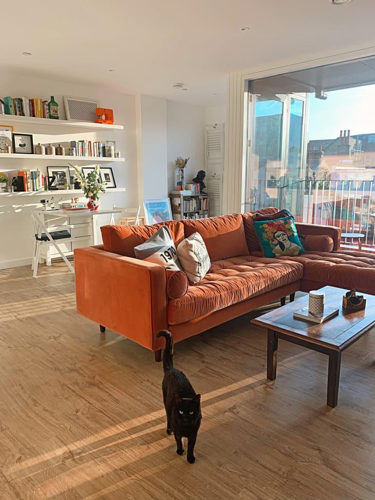 Un salón muy luminoso con un toque naranja