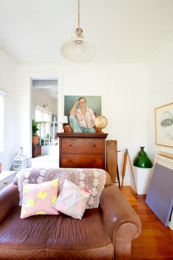 decorar una esquina del salón con antigüedades