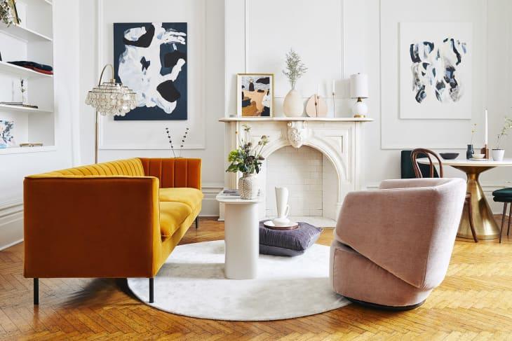 Salón blanco con sofá naranja
