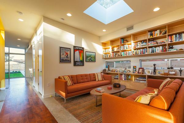 Salita de lectura con dos sofás naranjas