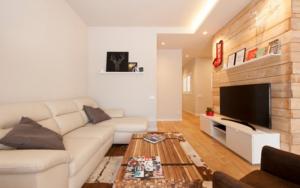 salon con paredes de madera