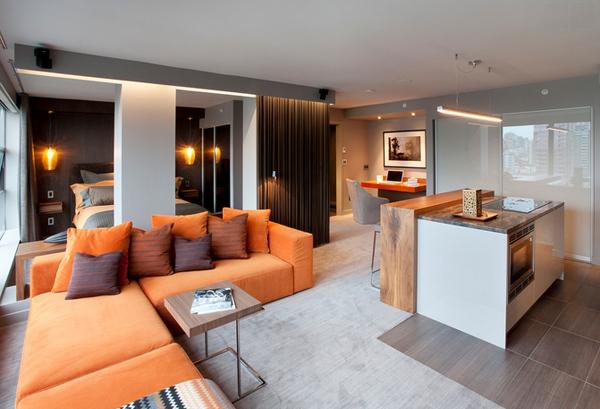 """Salón muy moderno con un sofá naranja en """"L"""""""