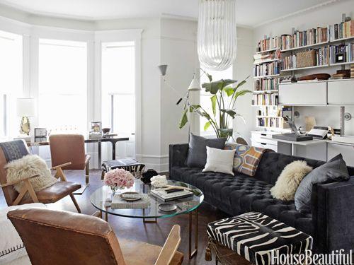 Salón con sofá oscuro perfecto para reuniones