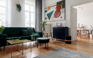 salon decorado con sofa verde