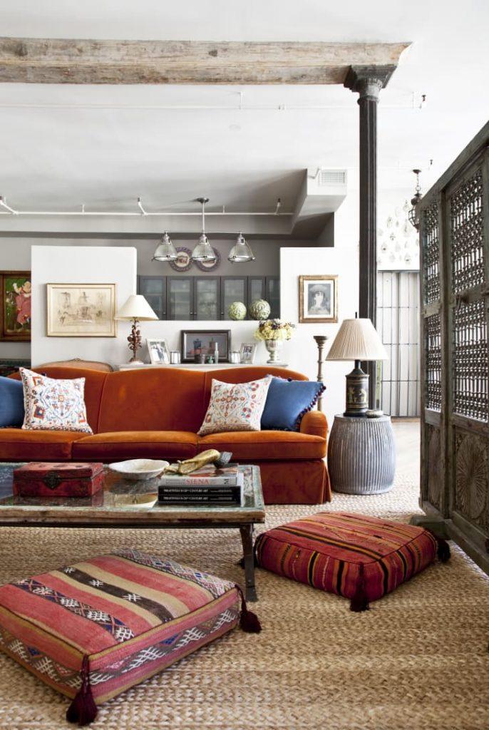 Salón tradicional con un sofá naranja oscuro
