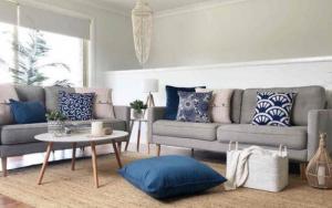 sofá gris con cojines azules decoracion