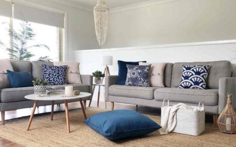 Ideas para decorar sofás grises con cojines azules - Decoratips