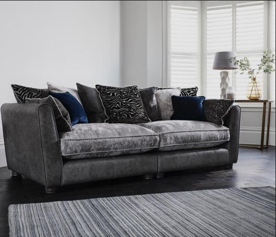 Cojines grises y azules para un sofá también gris