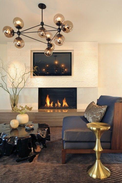 Un sofá oscuro da un toque de lujo al salón