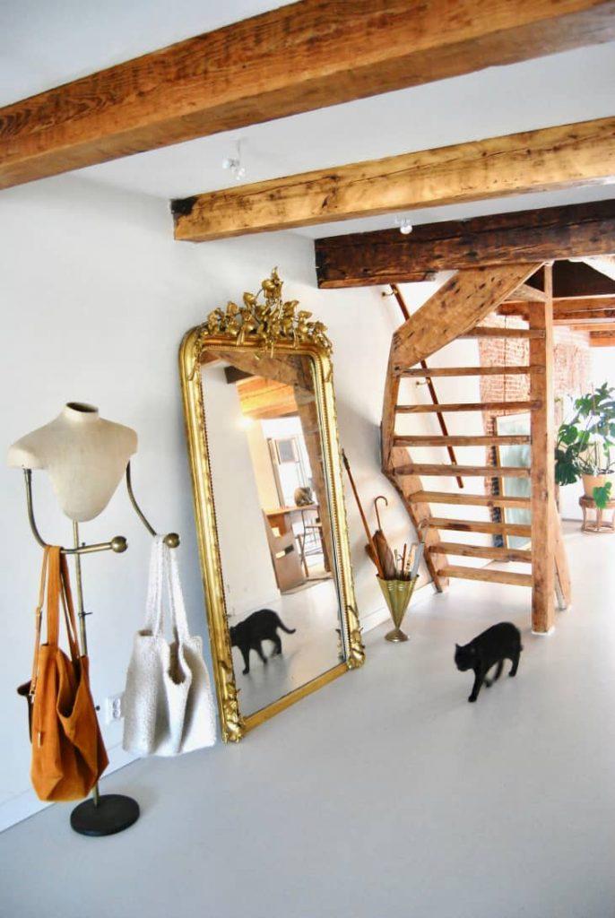 decorar una esquina del salón con un espejo