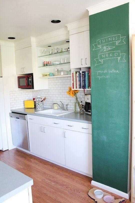 cocina con pared de pizarra verde