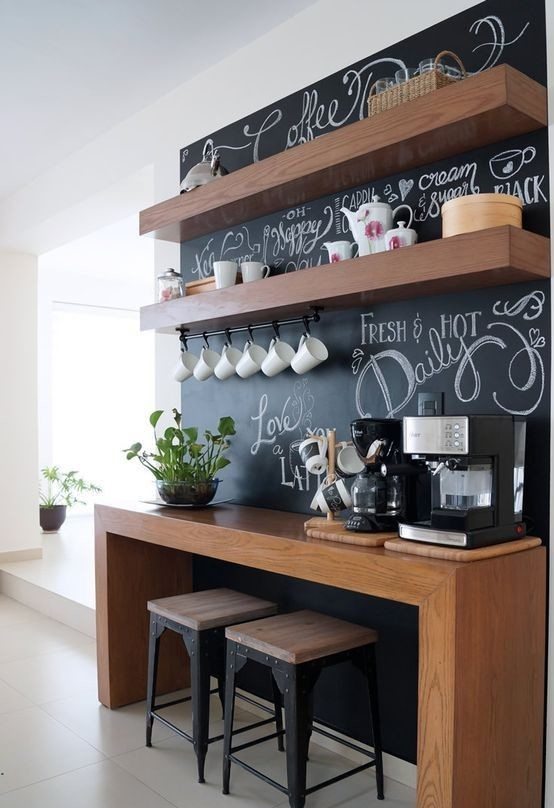 cocina con pared de pizarra tematica de café