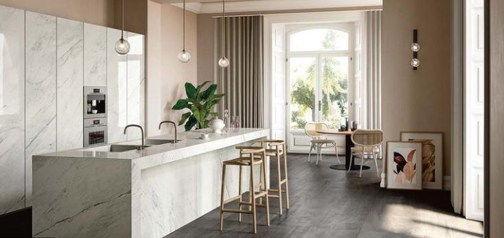 Decoración elegante en cocina con isla de mármol
