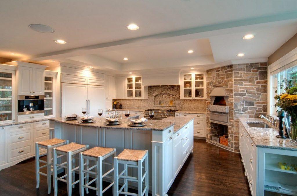Cocina blanca decorada con piedra