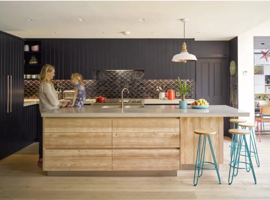 Cocina con paneles negros para la pared