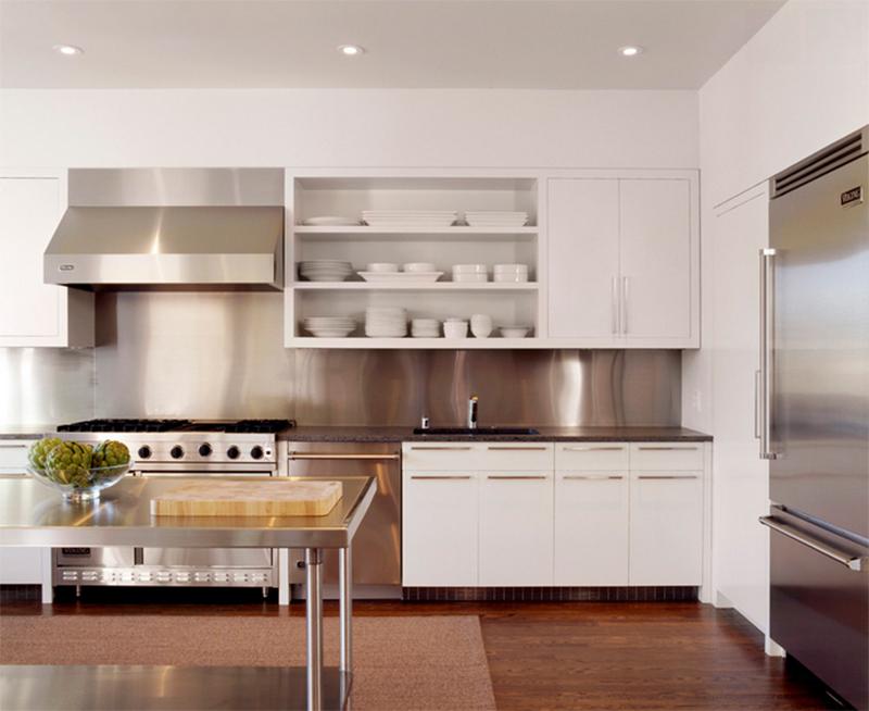 Cocina con paredes en acero oxidable y blanco