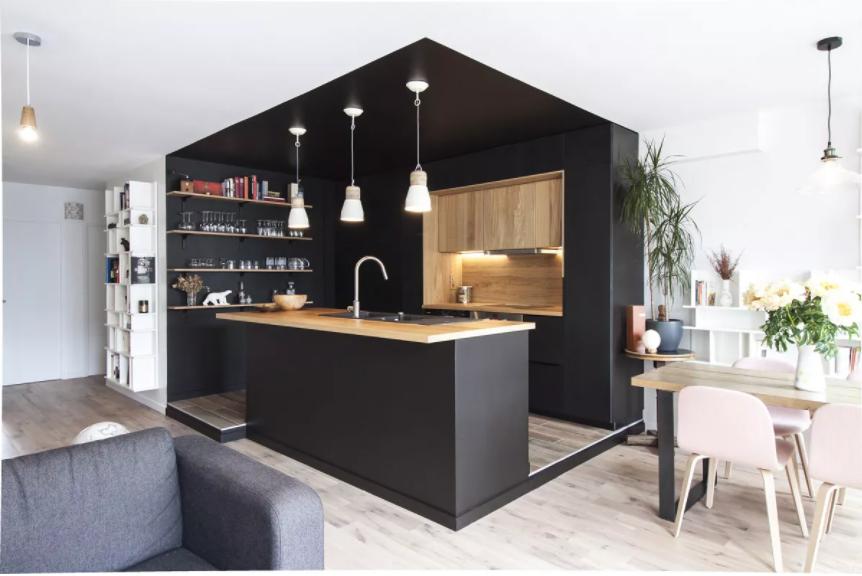 Cocina con paredes negras cerrada