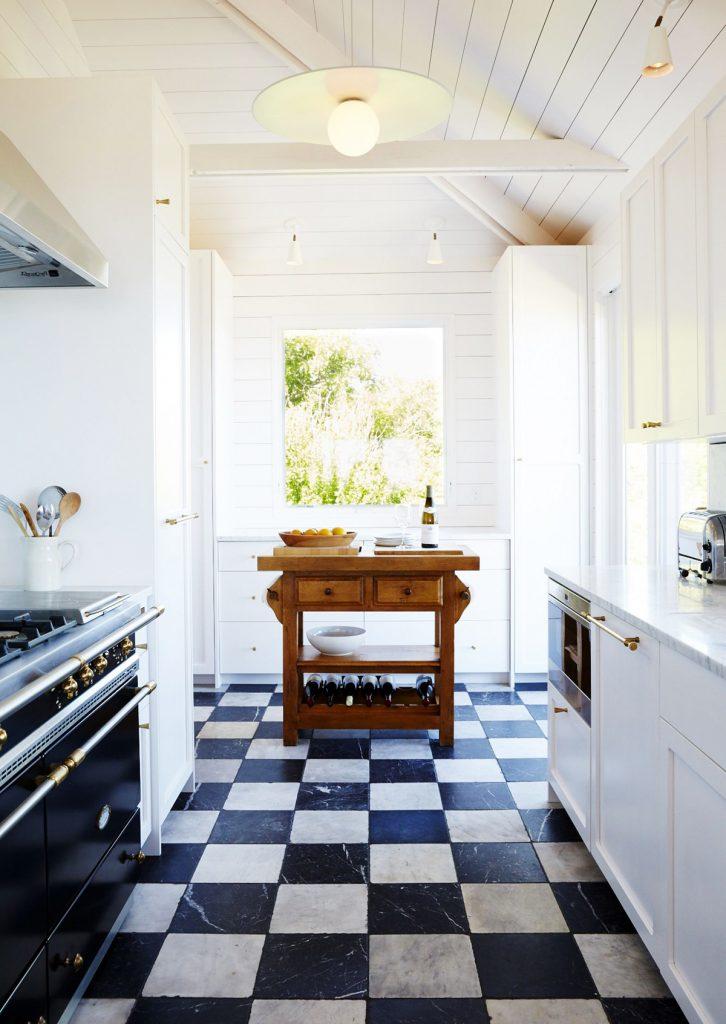 Cocina con suelo damero de mármol envejecido