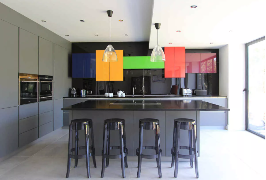 Cocina de pared negra y colores brillantes