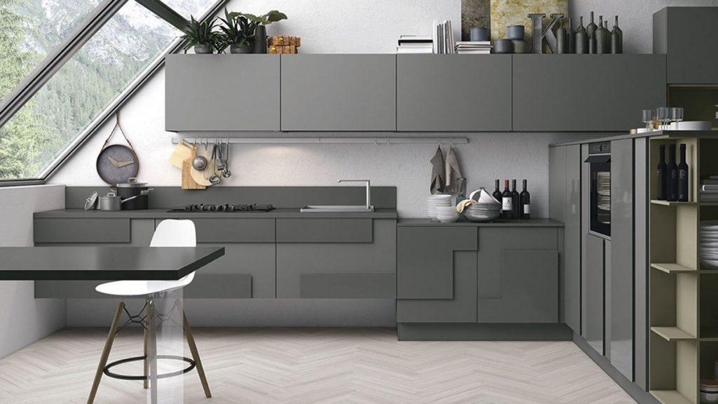 Cocina minimalista gris con tragaluz