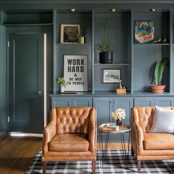 Decoración con muebles retro grises y madera
