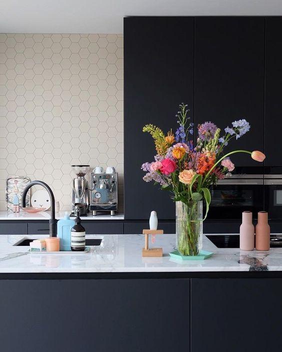 Flores frescas como adorno para la cocina