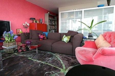 Salones decorados con sofás grises y paredes rosa