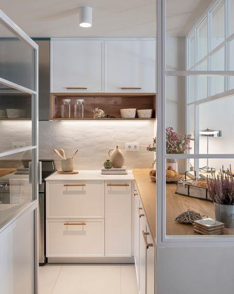 decoracion de cocinas muy pequeñas con paredes de cristal