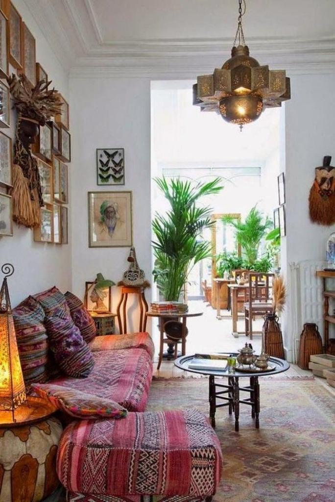 salon étnico con plantas