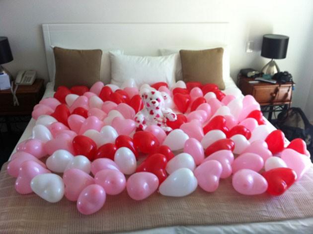 cuartos decorados con globos en toda la cama
