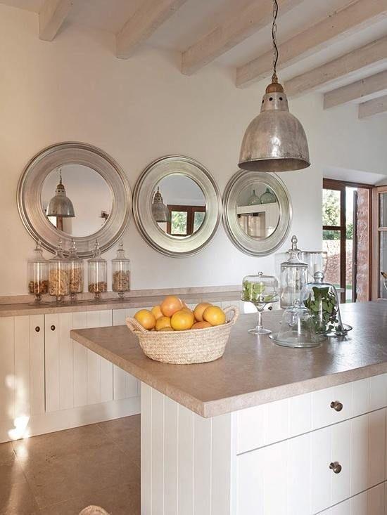 varios espejos en cocinas pequeñas