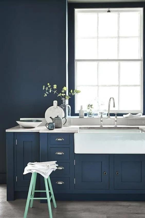 ideas para pintar cocina pequeña azul marino