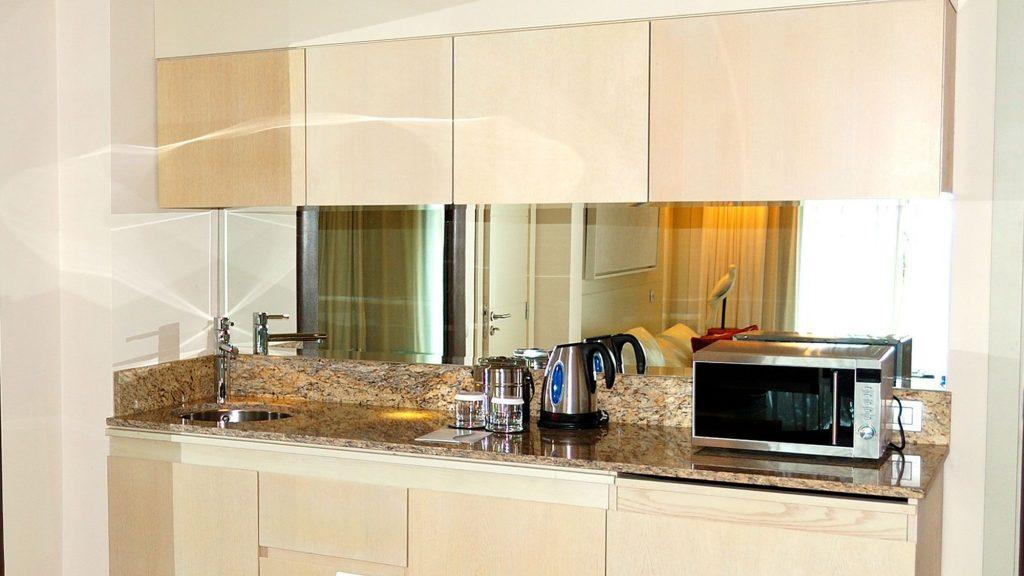 espejos profundos en cocinas pequeñas