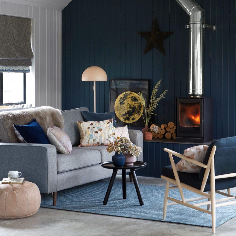 salon en dos colores: azul oscuro y blanco
