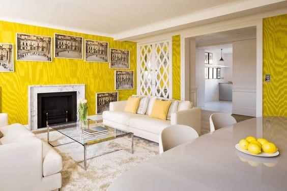 Salón con cuadros, amarillo y blanco
