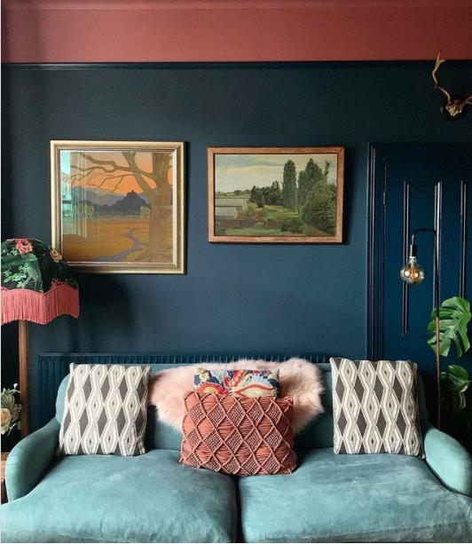 salon en dos colores: granate y azul oscuro
