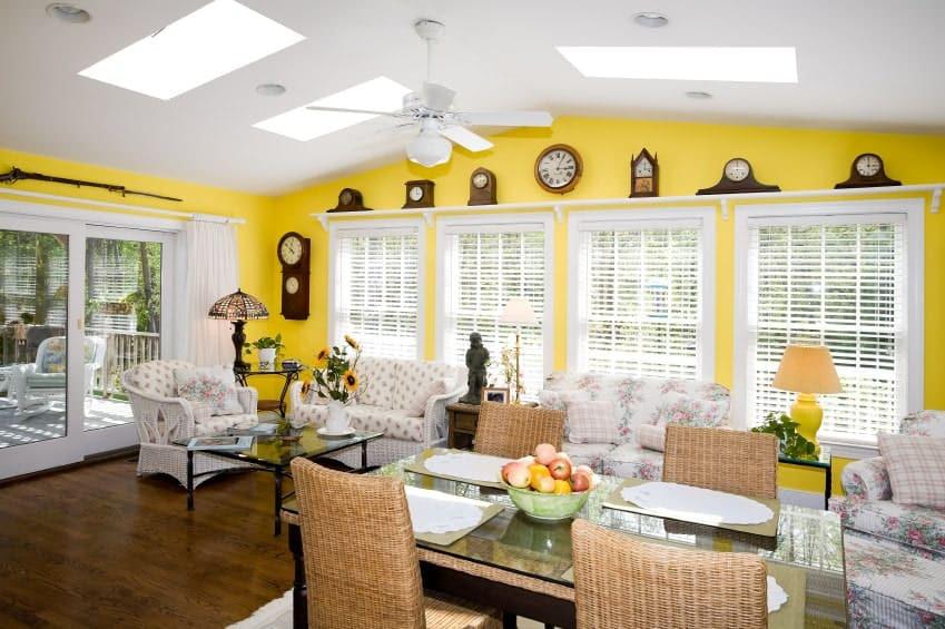 Salón de Relojes amarillo y blanco