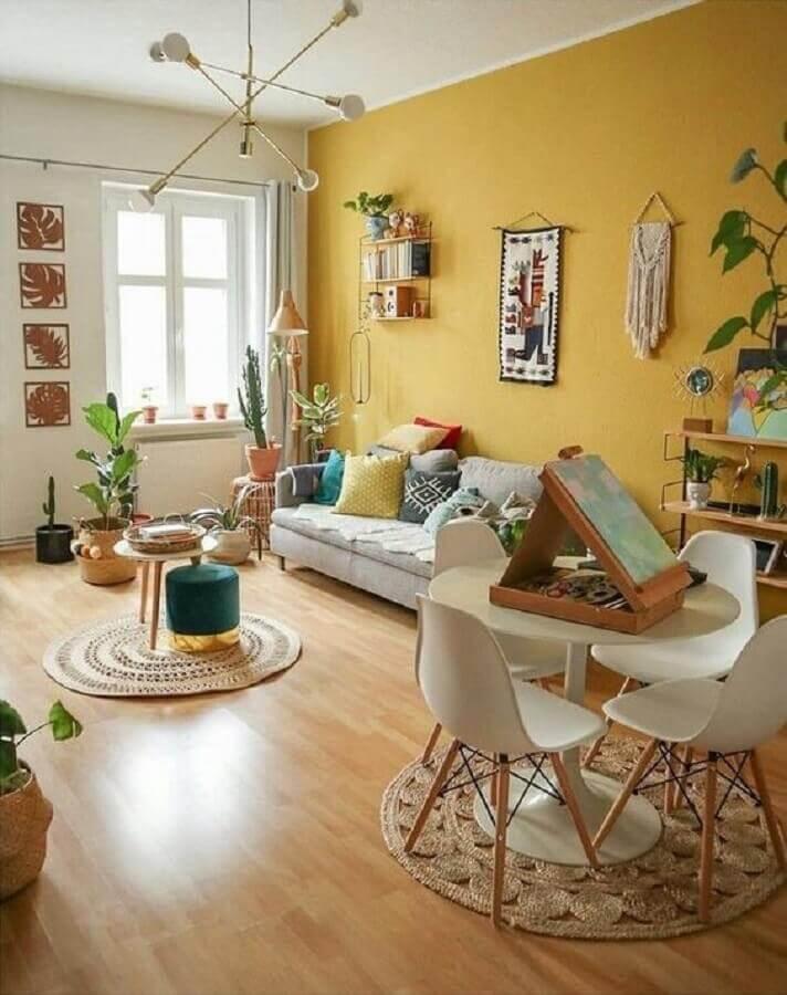 Salón de Tipo Cabaña y Acogedor amarillo y blanco