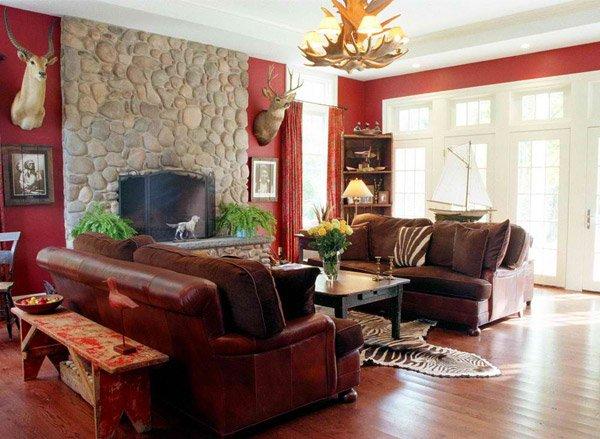 Salón rústico con sofá granate