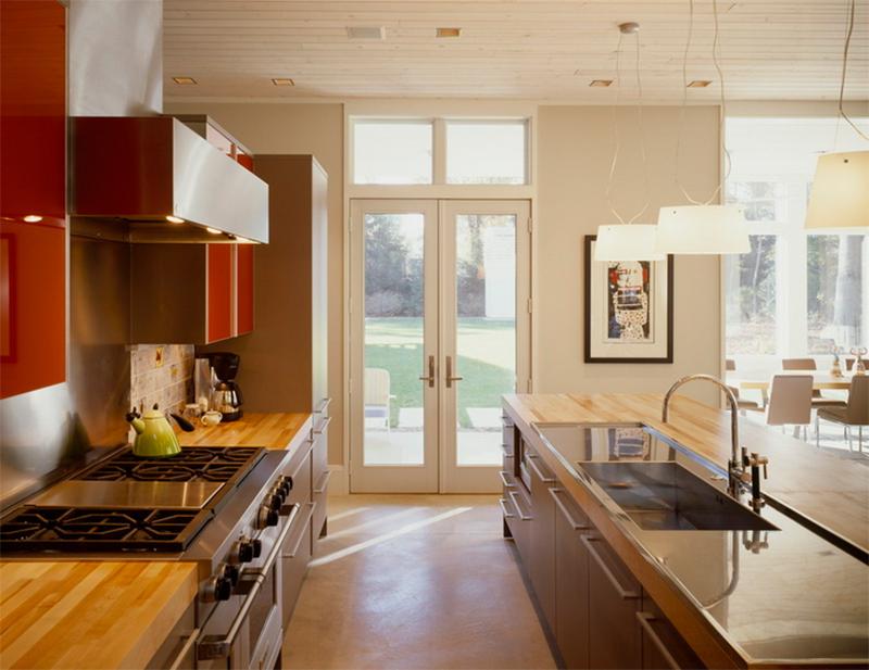 Un toque colorido para la cocina con paredes de acero inoxidable
