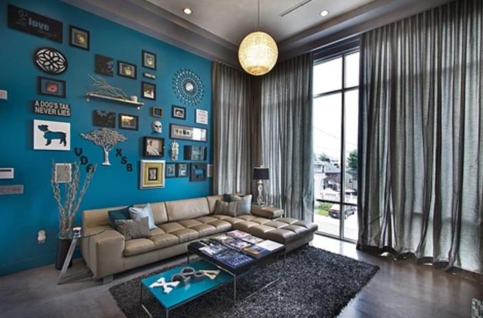 pintar solo una pared del salón de azul electrico