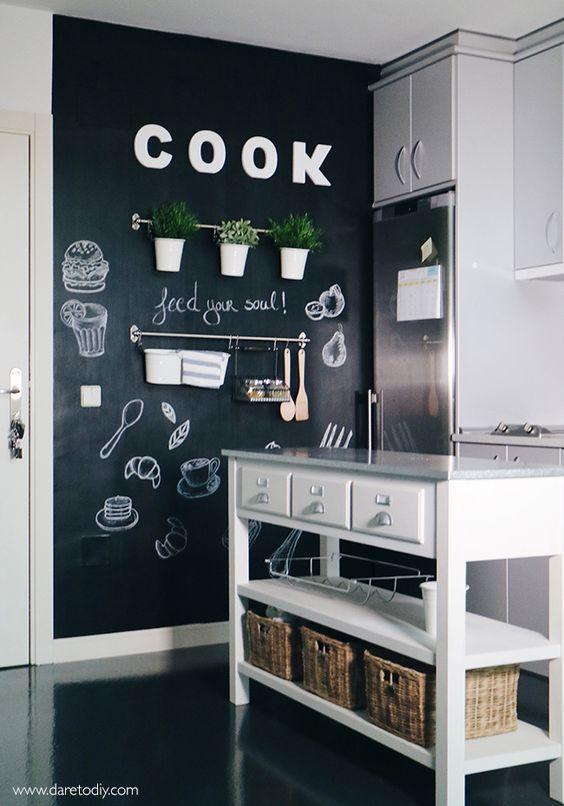 cocina adornada con una pizarra